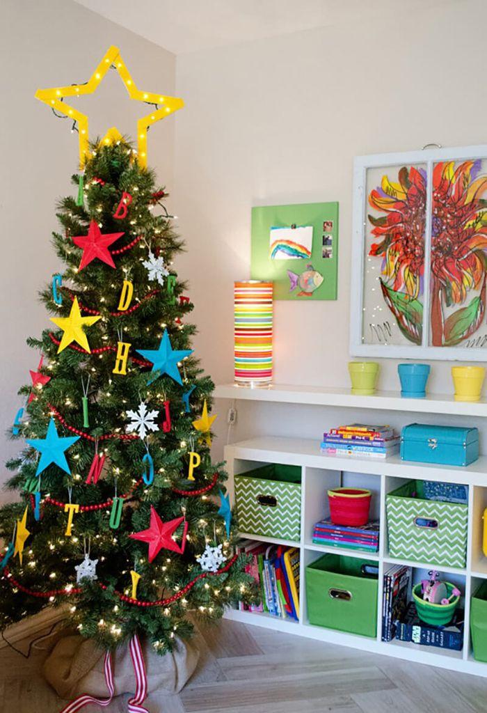 Яркий декор позволяет повесить на елку игрушки собственного изготовления из бумаги и картона