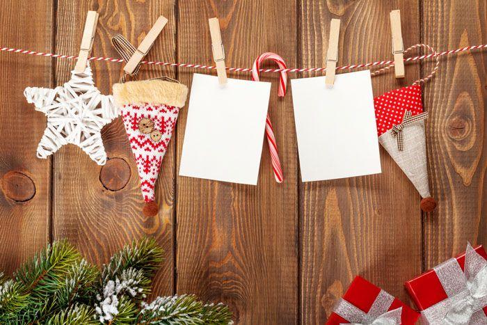 Деревянные панели тоже украшают: например, обычный бельевой шнур вполне способен выдержать новогодний декор