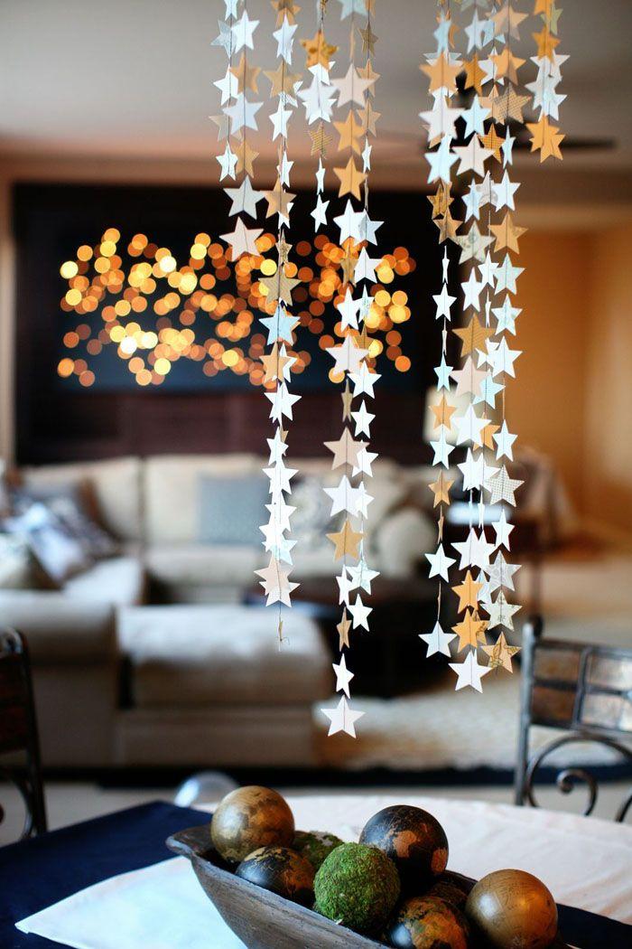 Множество свисающих с потолка бумажных звездочек на нитках смотрится романтично