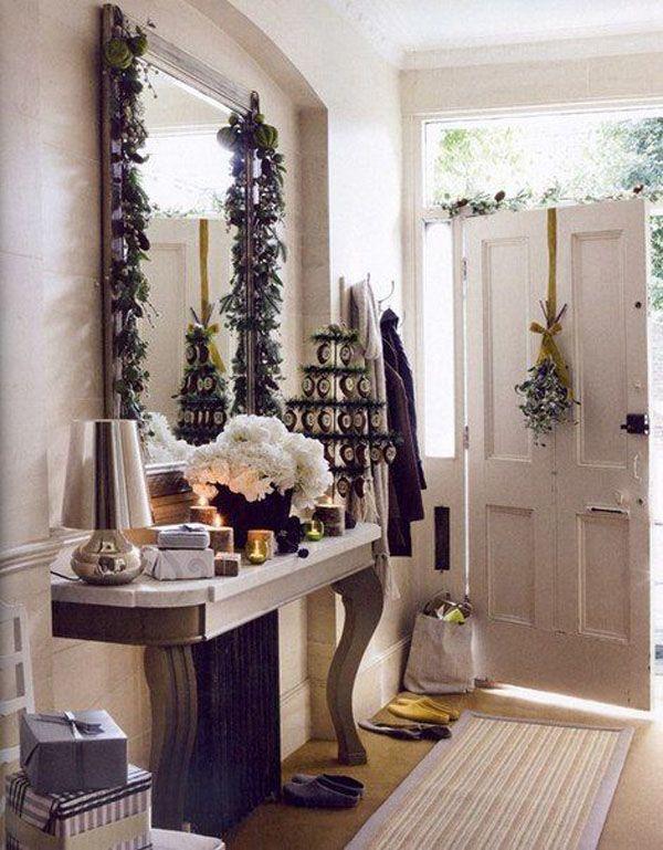 Дверь без рождественского венка — и не дверь вовсе! При нежелании повесить именно венок, украсить дверь можно и простыми ветками, и стилизованной елкой и гирляндой