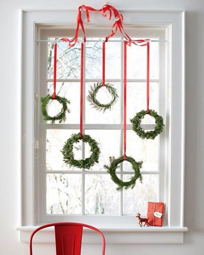 Интересно будут смотреться небольшие венки не на двери, а на окне