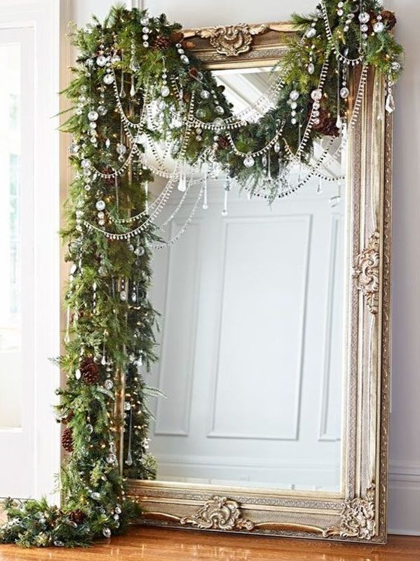 На фото видно, как украсить комнату к Новому году хвойной гирляндой