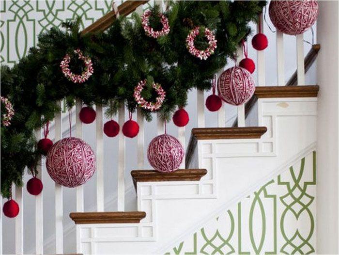 Если в доме есть лестница, будет непростительно пропустить ее и не украсить перила хвоей и фонариками