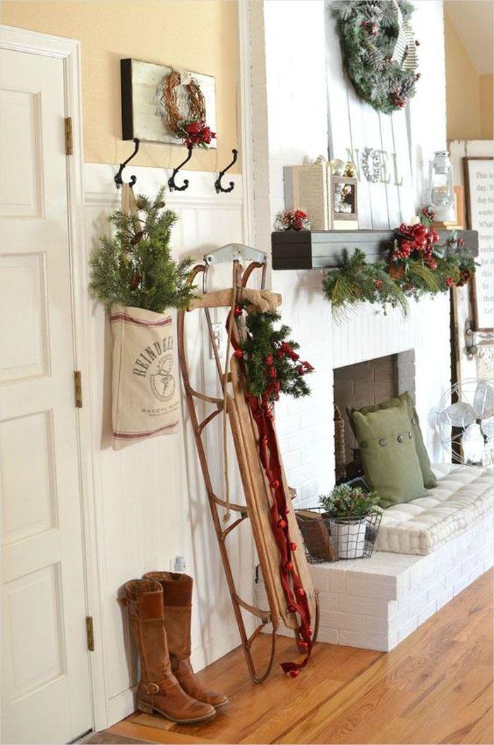 Декоративные деревянные сани навевают мысли о добром дедушке с Севера, поэтому не стоит отказываться от такого способа создать праздничный настрой!