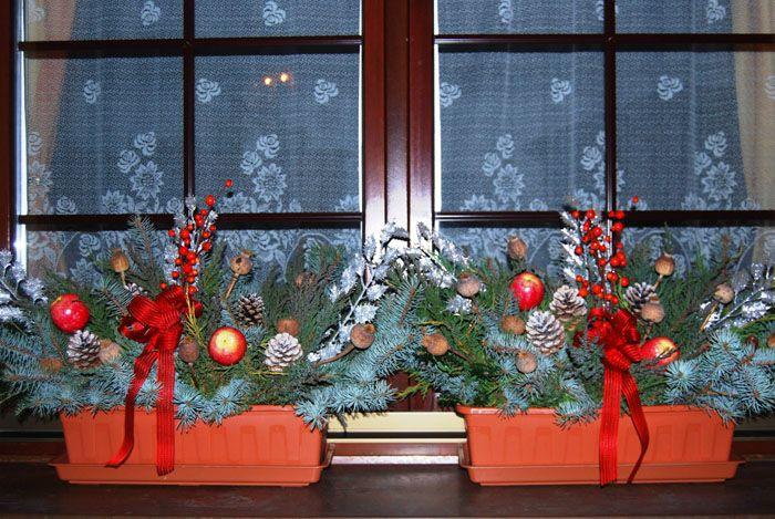 Пустые цветочные горшки используют для праздничного оформления: наполним их хвоей и елочными шарами