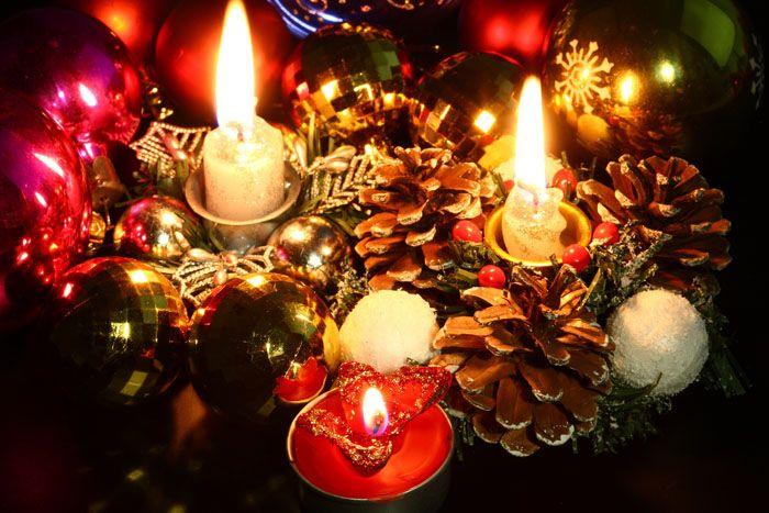 Размещение свечей и елочных шаров рядом считается лучшей идеей — на шариках будут блики и отсветы, способствующие рождественскому настроению. В композицию стоит включить и сосновые шишки