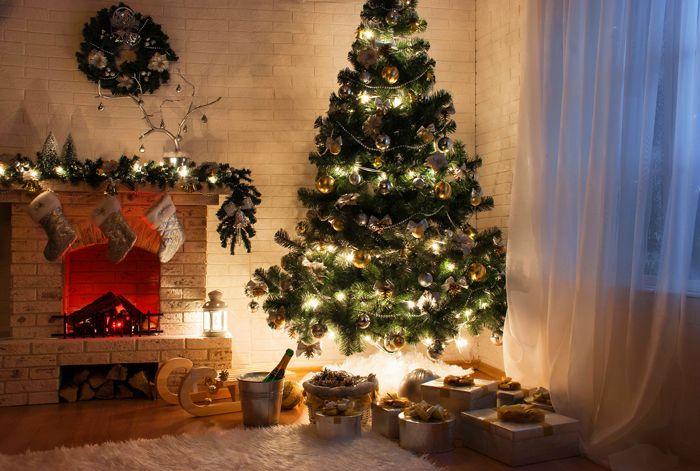Интересное решение с подвесной елкой и подсветкой снизу: кажется, будто елка парит. На подарках тоже получаются шикарные отсветы