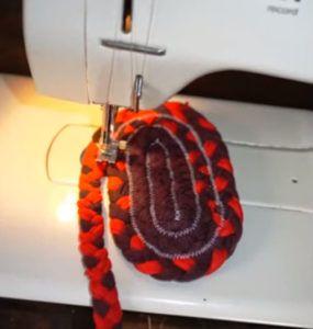 Как связать крючком коврик из старых вещей