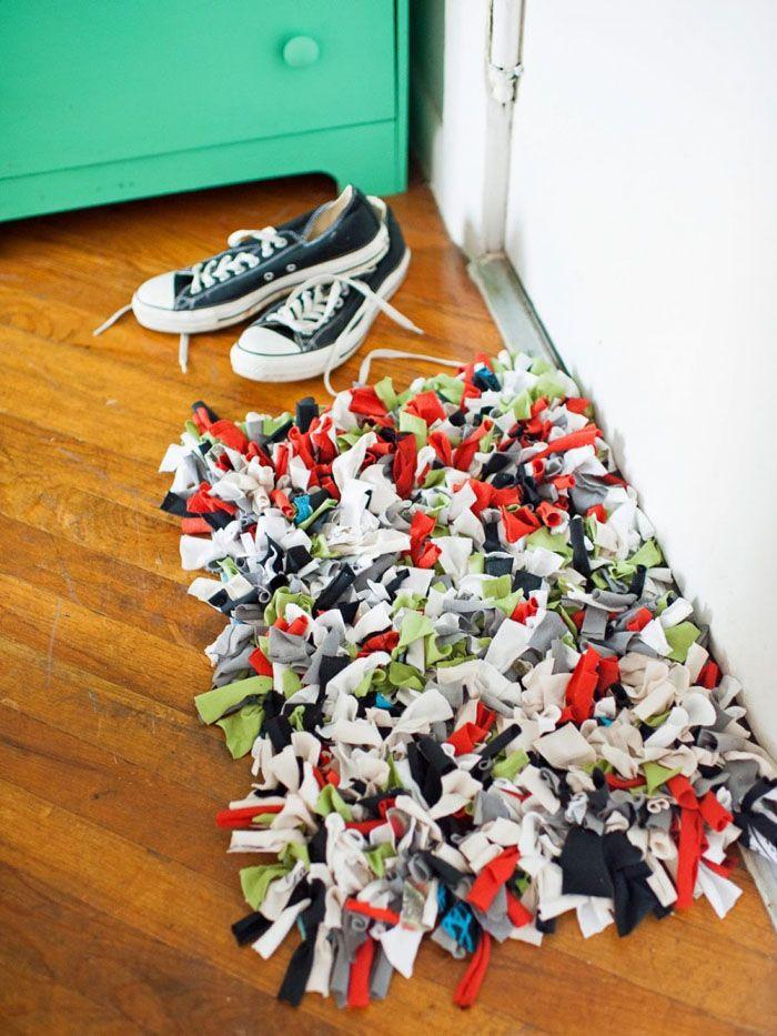Если брать разноцветные лоскутки и размещать их хаотично, получится очень яркое изделие