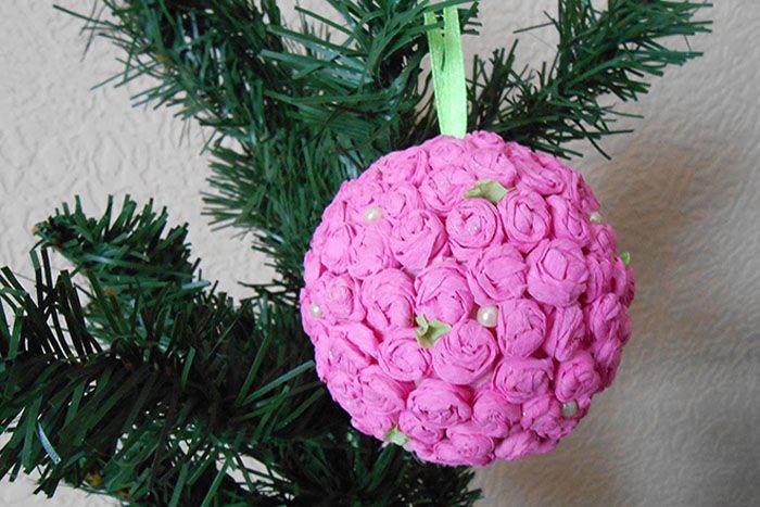 Если сделать несколько разнокалиберных шариков с цветочным украшением, то елочка будет украшена в едином стиле
