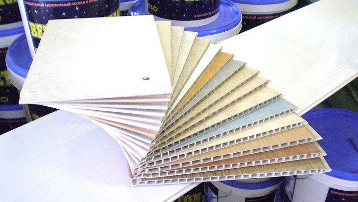 Главный вопрос: сколько стоит обшить потолок пластиковыми панелями? Для ответа нужно учитывать наличие в доме рабочего инструмента и цену самого материала