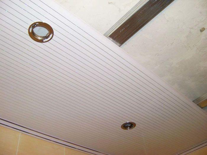 В отверстие вставляем светильник, защелкнув его на пружинки. Не забываем, что работа с проводами проводится только с отключенным напряжением во всем доме. Провода оголяют и подсоединяют к патрону