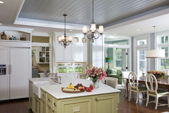 Влагостойкость материала идеальна для кухни: дизайн с таким потолком очарователен