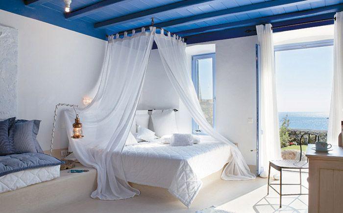 Комнаты украшает обильная зелень, керамика и воздушные занавески