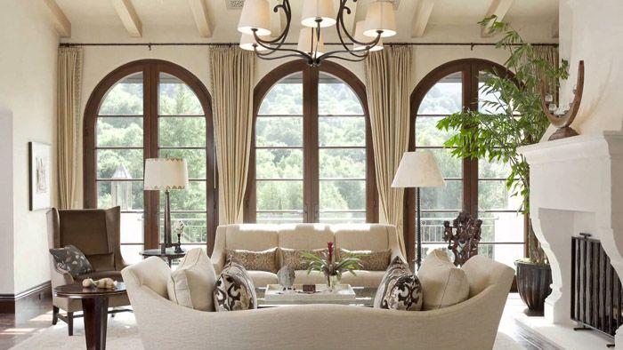 Сводчатые окна оформляют портьерами