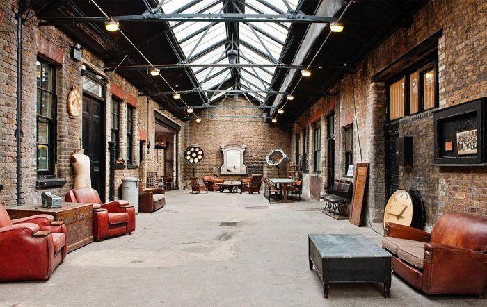 Помещения отвечали всем требованиям: несказанно высокие потолки, обилие естественного света через большие фабричные окна, интересный вид кирпичных стен и много простора