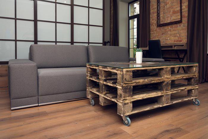 Вся мебель должны быть функциональной и лаконичной, без излишеств и особенных украшений. Будет замечательно, если все предметы окажутся на колесиках, что даст отличную возможность перемещать ее без проблем
