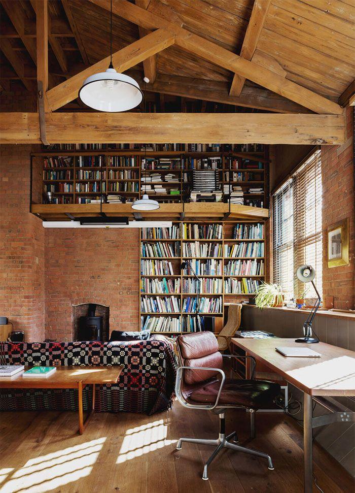 Библиотека, расположенная в кабинете, и диван для чтения: кто сказал, что работать нужно только сидя за столом?