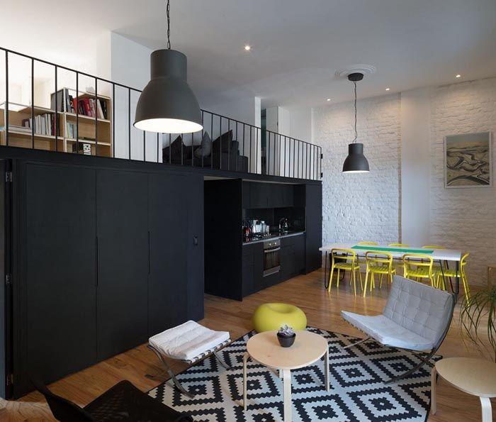 Еще один яркий атрибут стиля и его особенность — металлические лестницы и функциональные балкончики внутри помещений, на которых может располагаться зона отдыха, библиотека или кабинет