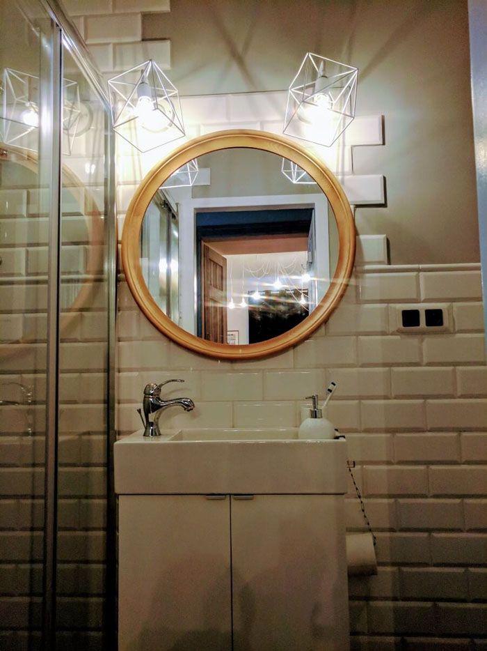 Зеркало в ванной должно быть с подсветкой. Светильники создадут нужную ноту
