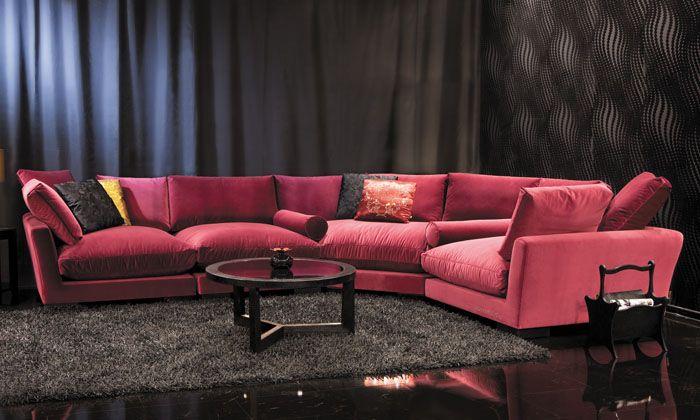 При обилии разноцветных предметов в комнате можно подобрать нейтральный оттенок без оглядки на особенности декора. А вот подушки или покрывало взять как раз яркие