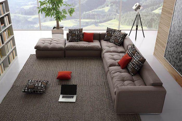 Форма дивана позволяет видоизменить окружающее пространство