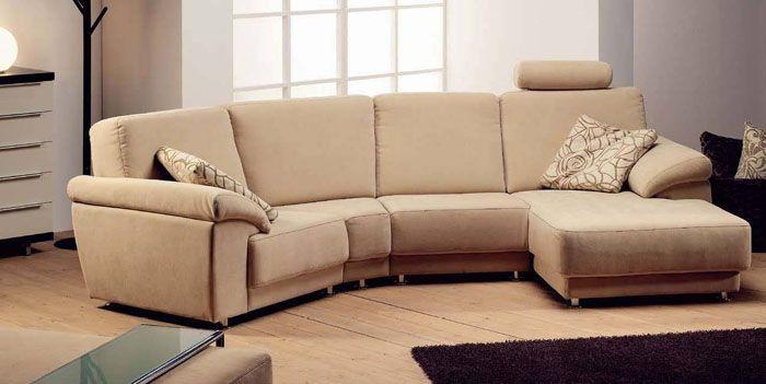 В семьи, где есть маленькие дети или животные, в зал выбирают мягкий угловой диван из флока
