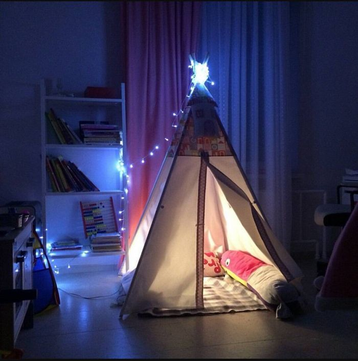 Гирлянды и маленькие светильники привнесут атмосферу волшебства и уюта