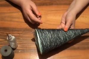 jolka-iz-nitok-i-kleya-svoimi-rukami-15-300x200 Елка из ниток и клея ПВА своими руками – мастер-класс