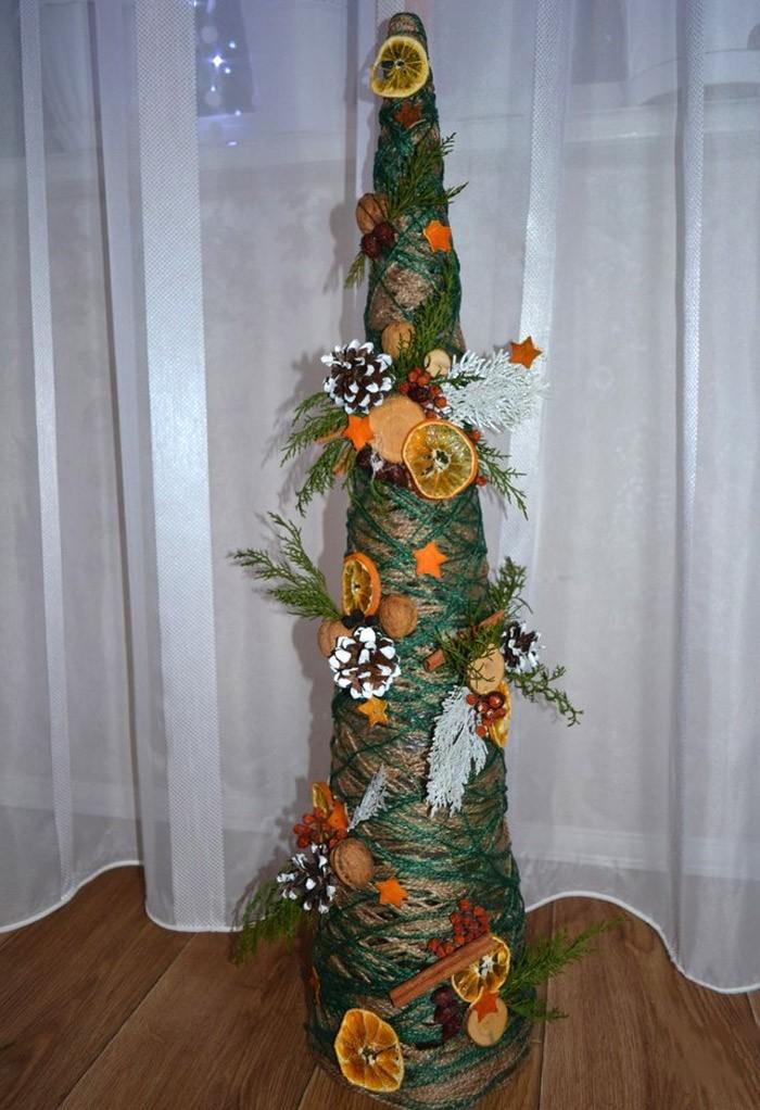 Сухие цитрусовые сами по себе ассоциируются с Новым годом, а ещё и на такой классной ёлке…