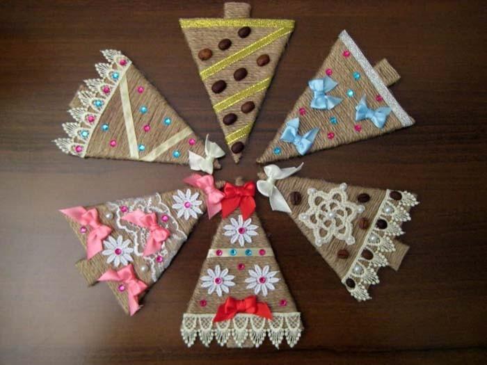 Плоские ёлки могут быть использованы в гирлянде, стать отдельными украшениями-подвесками или послужить игрушкой для настоящего новогоднего деревца