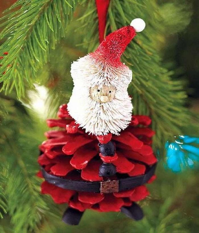 Если остался старый Дедушка Мороз в виде сломанной игрушки, то стоит обновить его, подарив новое тело из окрашенной пузатой шишечки