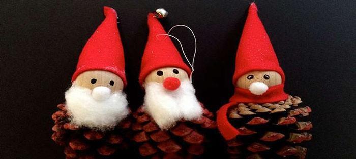 Для головы Деда Мороза можно взять как круглые заготовки, так и ненужные детские мячики или даже крупные грецкие орехи. Борода и шапочка могут быть сшиты из фетра или быть изготовленными в технике валяния
