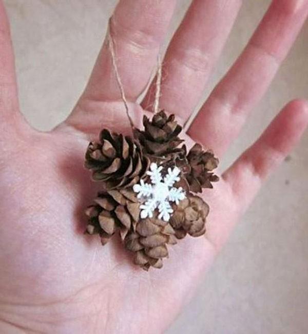 Шишечки у лиственницы маленькие, из них получаются чудесные аккуратные снежинки. Поможет собрать такую снежинку горячий клей