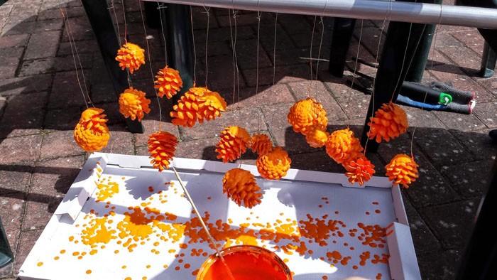 Каждое соцветие привязывают ниткой, обмакивают в краску полностью и привязывают нить к проволоке