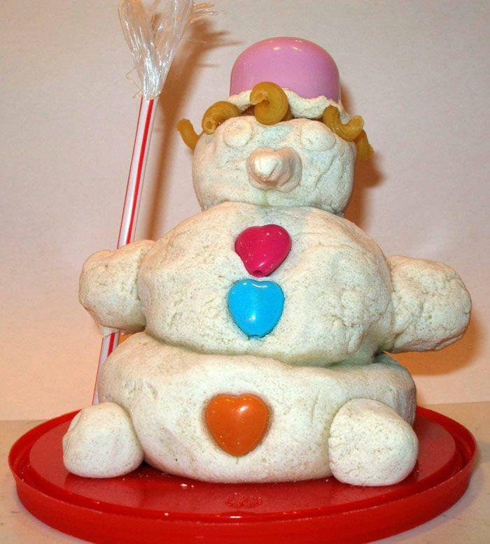 Снеговик лепится последовательно. Сначала ребёнок отрывает от теста три кусочка, отличающиеся друг от друга по размерам