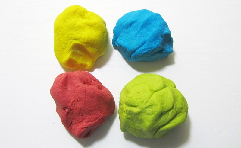 Окрашивание производят или после сушки по готовому изделию, или делают цветным тесто