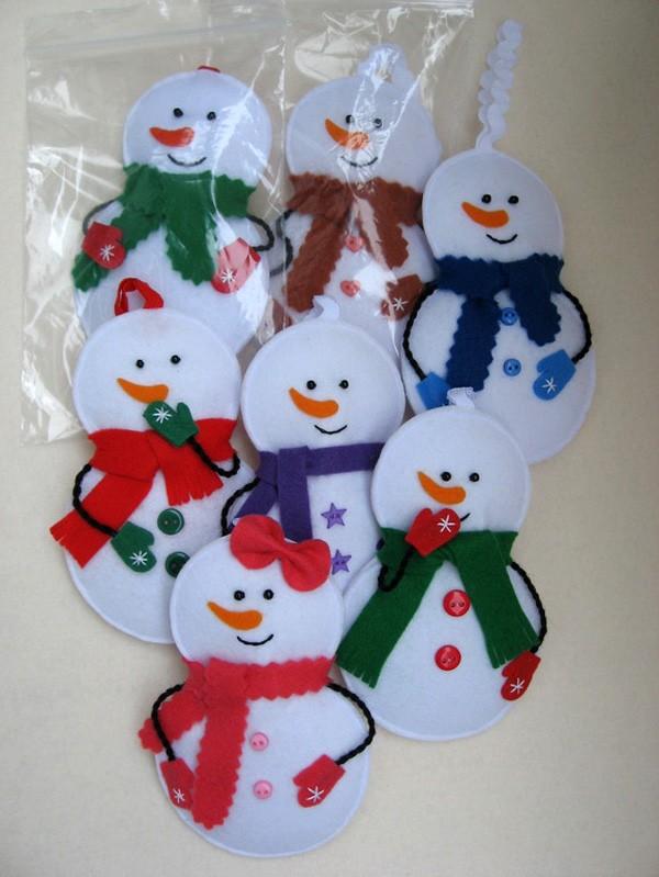 Для создания снеговичков не нужны шаблоны: для получения идеально ровных окружностей можно воспользоваться и циркулем, и стаканами