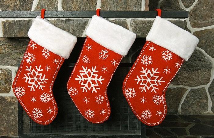 Простой декор возможен, если просто разрисовать новогодние носочки белой акриловой краской