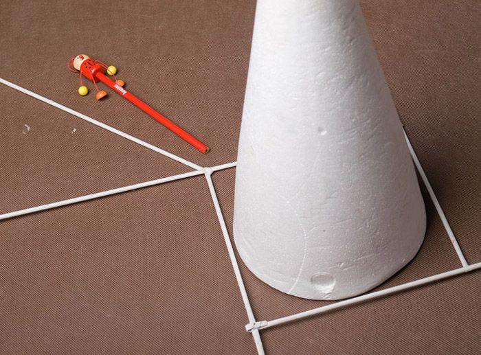 К квадрату в любой угол приклеивают пятую трубочку