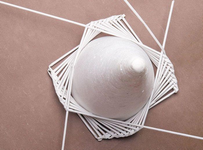 Плетение основания может складываться в интересный рисунок. Когда трубочка заканчивается, в неё вставляют узкий кончик новой, смазанный клеем ПВА, и продолжают плетение