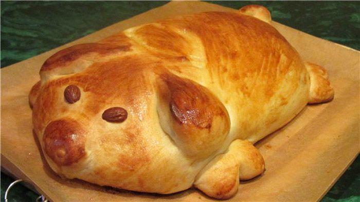 Пирог с начинкой тоже интересно оформить в виде лежащего праздничного поросёнка