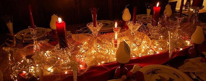 На фото – пример украшения новогоднего стола-2019 светодиодными гирляндами
