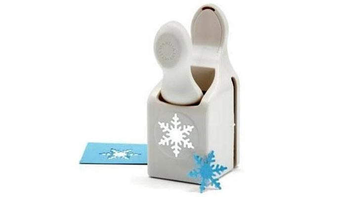 Снежинки создают или обрывая бумагу, или наклеивая вату или идентичные друг другу шаблоны из-под фигурного дырокола
