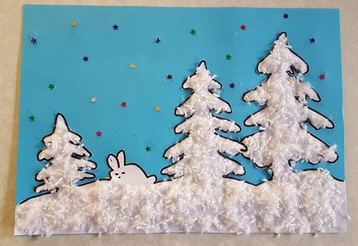 Порезанные шерстяные нитки становятся подходящей имитацией снежного покрова и хорошо клеятся на клей ПВА