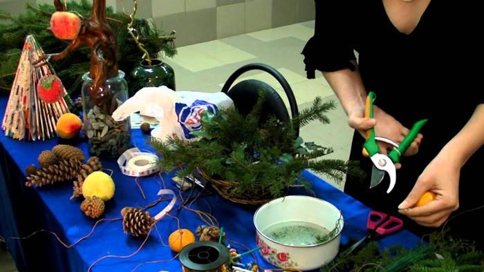 Для праздничного творения понадобится разложить всё на столе в зоне видимости и свободного доступа