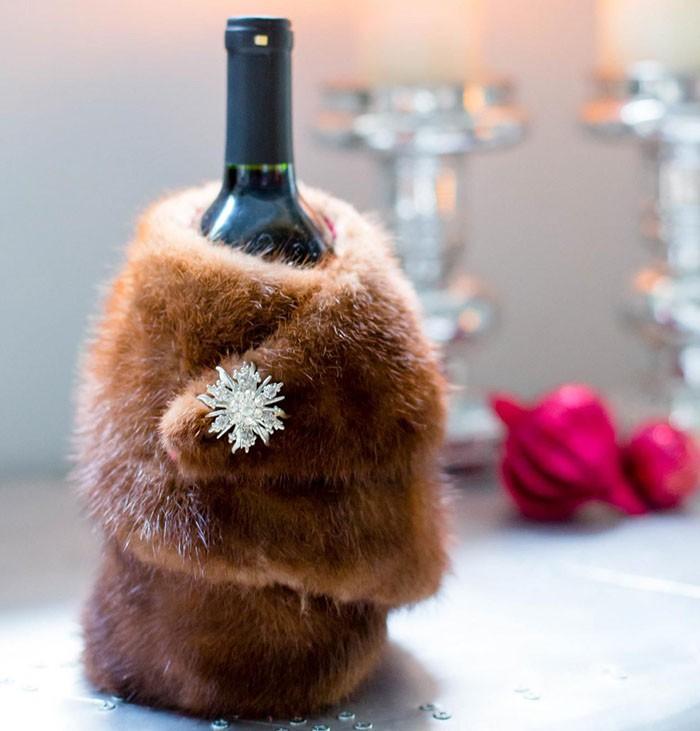 Мех станет шикарным украшением бутылки шампанского