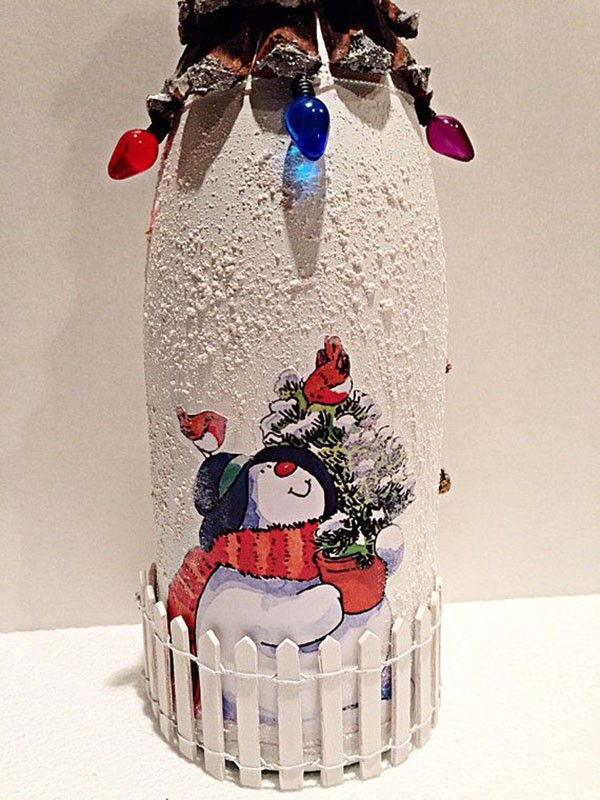 Искусственный снег сразу наносят на чистую бутылку без этикетки. Немного усердия, и готов прекрасный подарок!