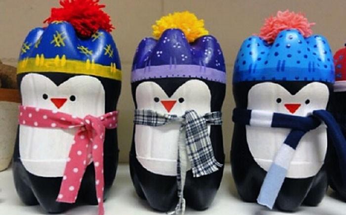 Пингвинята получатся, если отрезать от двух бутылок широкие донышки и склеить их друг с другом