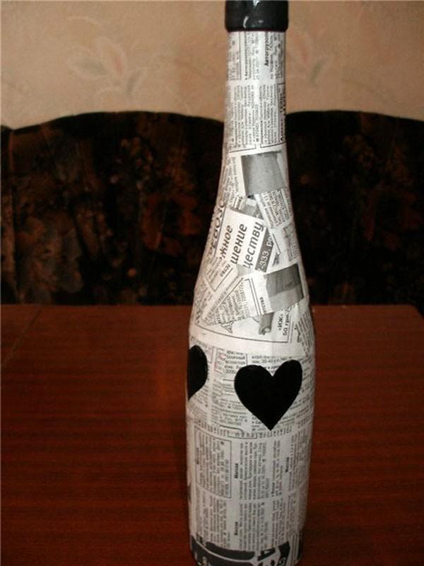 Декорируют бутылку обрывками газетных вырезок или нотных страниц и клея ПВА. Конечный результат покрывают прозрачным или оттеночным лаком. Хорошо подобные изделия оформляются патиной и позолотой